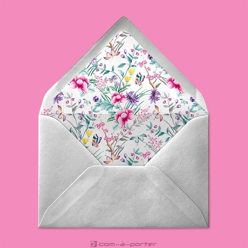Diseño de sobre forrado con estampado floral para invitación personal