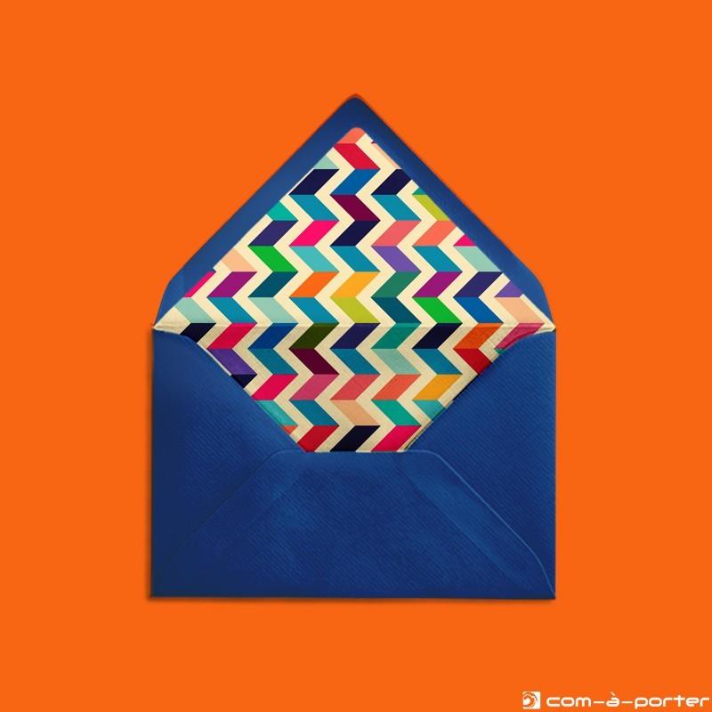 Diseño de sobre forrado azul noche con estampado geométrico multicolor para Invitación de Boda