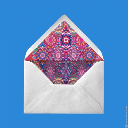 Diseño de sobre forrado verjurado beige con fondo mandala multicolor para Invitación de Boda