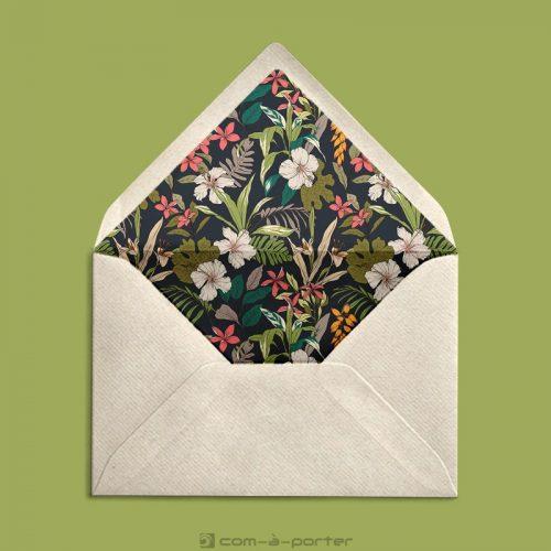 Diseño de sobre forrado verjurado beige con fondo tropical de flores para Invitación de Boda