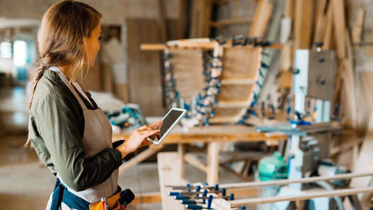Chica con iPad en su taller artesanal