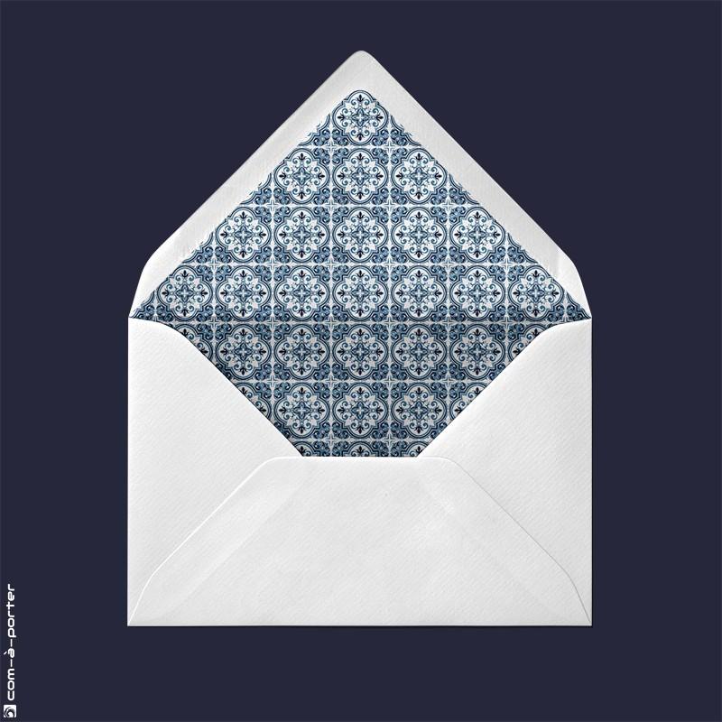 Diseño de sobre forrado verjurado blanco con fondo de mosaico andaluz para Invitación de Boda