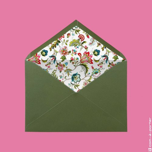Diseño de sobre forrado verjurado verde oliva con estampado de flores para Invitación de Boda
