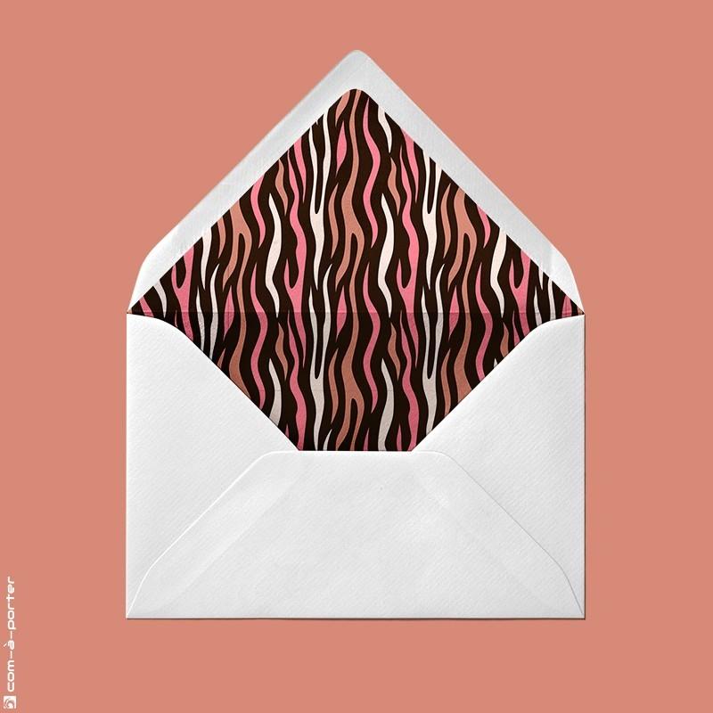 Diseño de sobre forrado verjurado beige con fondo animal print para Invitación de Boda