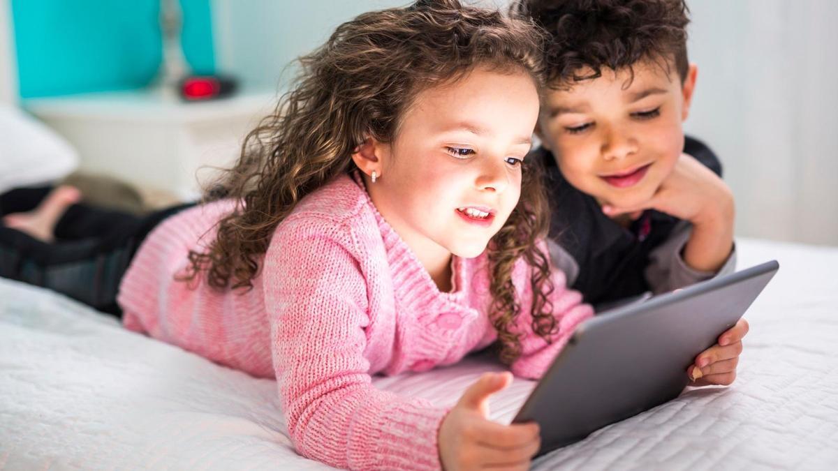 Niños jugando con su juguete favorito: el iPad