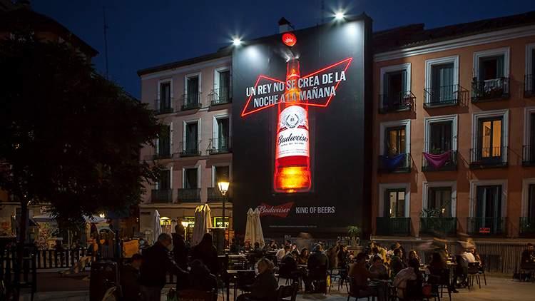 Plaza del Rastrillo con la lona exterior de Budweiser