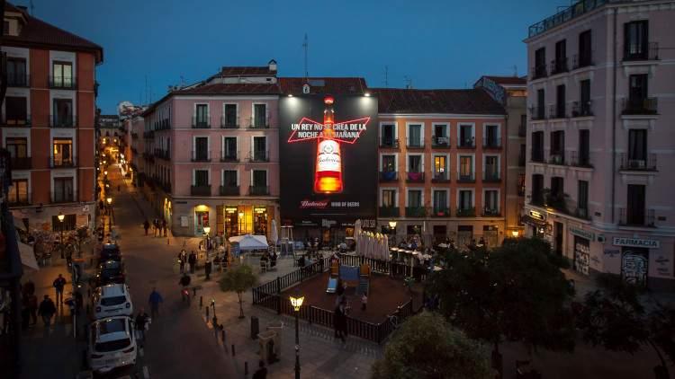 Vista panorámica de la lona de Budweiser en Madrid